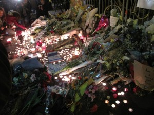 Wiki-2015-Nov-Paris-attacks-memorial-at-Bataclan-Annie-Arada-Viot-public-domain